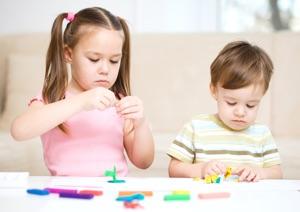 Дети занимаются пластилинографией