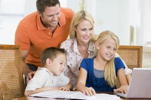 Родители помогают ребенку в обучении