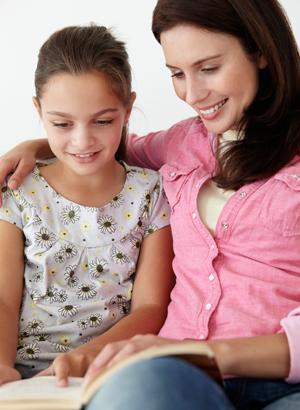 Мама с дочкой занимаются техникой быстрого чтения