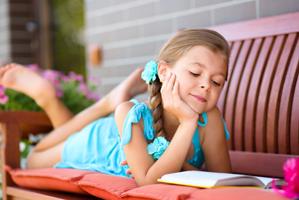Девочка читает