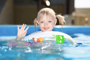ребенок посещает бассейн