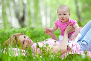 На первом году жизни идет активное формирование слухового внимания